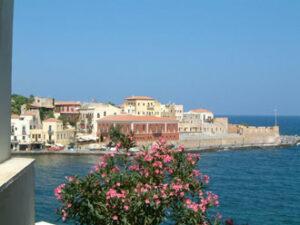 Chania ou Hania (La Canée), vue le vieux port et sur le musée de la marine